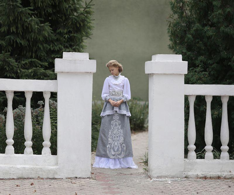 ретро, девочка в ретро костюме Меланхолия photo preview