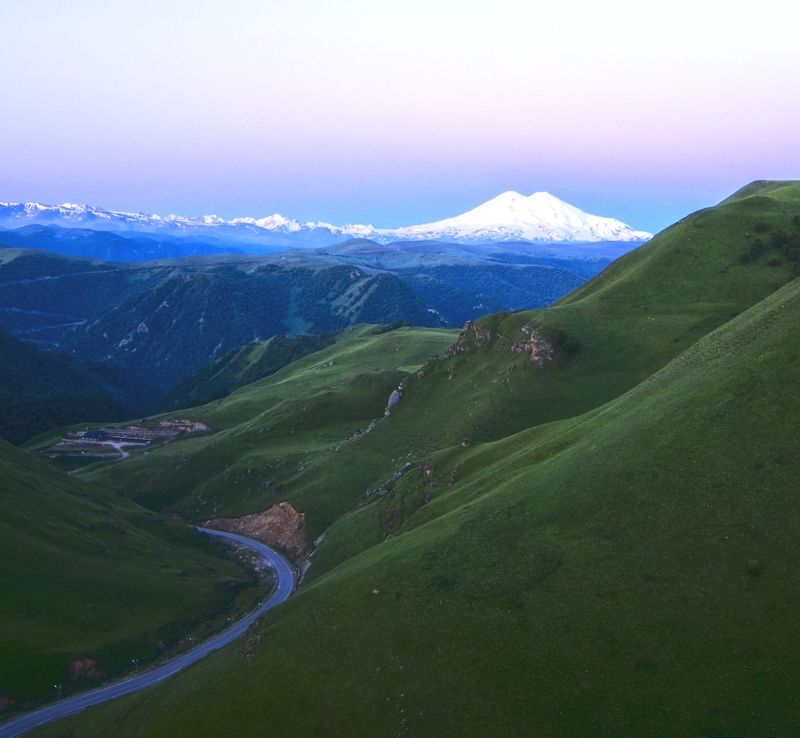 Эльбрус просыпается и показывает свою величественную красоту.photo preview