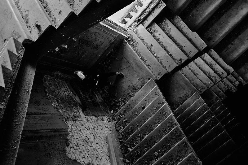 лестница, заброшенное, чб, геометрия, портрет, девушка, Урал, Екатеринбург Геометрияphoto preview