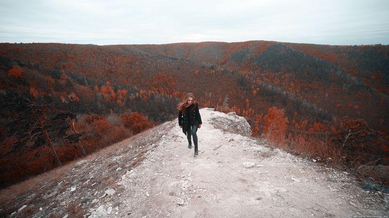 осень, горы, девушка на пути...photo preview