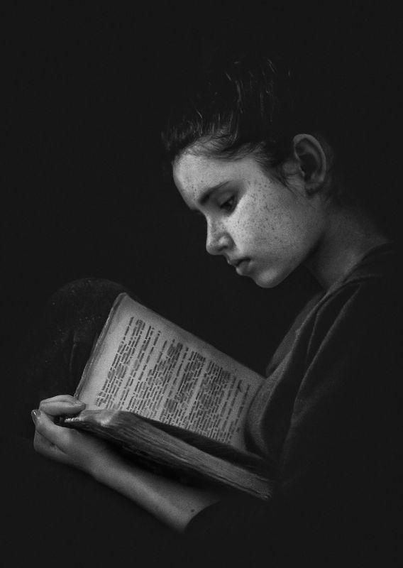 чернобелое фото, девушка, чтение, книга За чтениемphoto preview