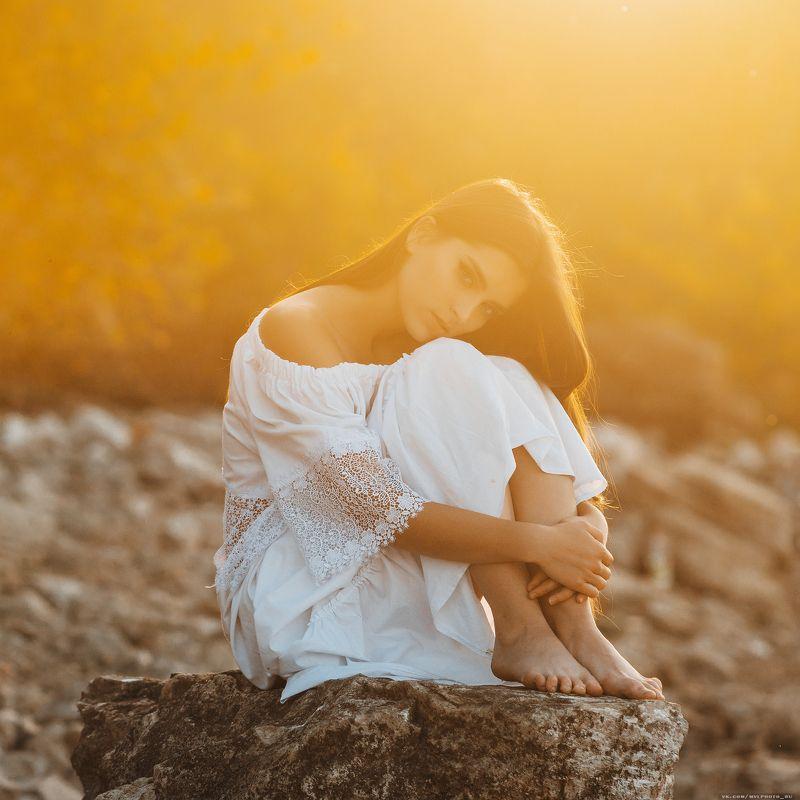 контровый свет, девушка, закат, камни, горы, у воды, белое платье Настяphoto preview