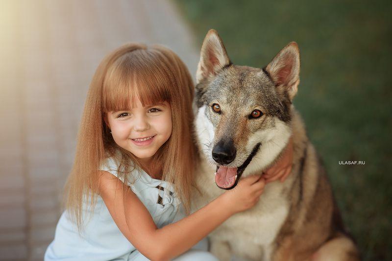 портрет, лето, девочка, girl, summer, волк, закат, вечер, животные, собака, dog, wolf, друзья, солнышко, лучи, happy, happiness, сказка, волшебство Улыбнись!photo preview