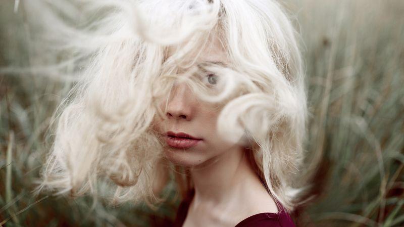 ветер, волосы, блондинка, headshot, улица, натуральный свет Машаphoto preview