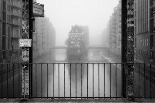 Wasserschloss bei Nebel