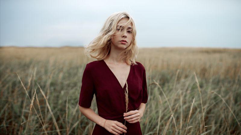 поле, волосы, ветер, красное платье, блондинка, натуральный свет, улица Машаphoto preview