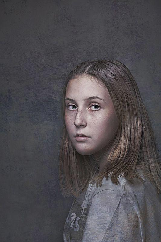 девочка с голубыми глазамиphoto preview