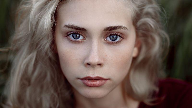 headshot, блондинка, поле, осень, натуральный свет, глаза, взгляд, молодая модель Машаphoto preview