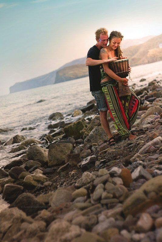 крым, киногородок, счастливые люди, музыкальный инстрмент, горы, крымский пейзаж, море, берег photo preview