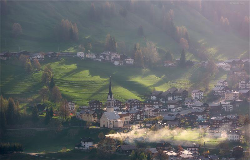 доломитовые альпы,италия,лето,деревня,val fiorentina,свет,деревенский пейзаж,утро. Утренний дымокphoto preview
