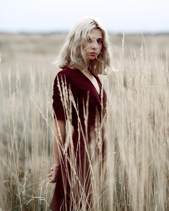 блондинка, поле, красное платье, натуральный свет, улица, осень Машаphoto preview