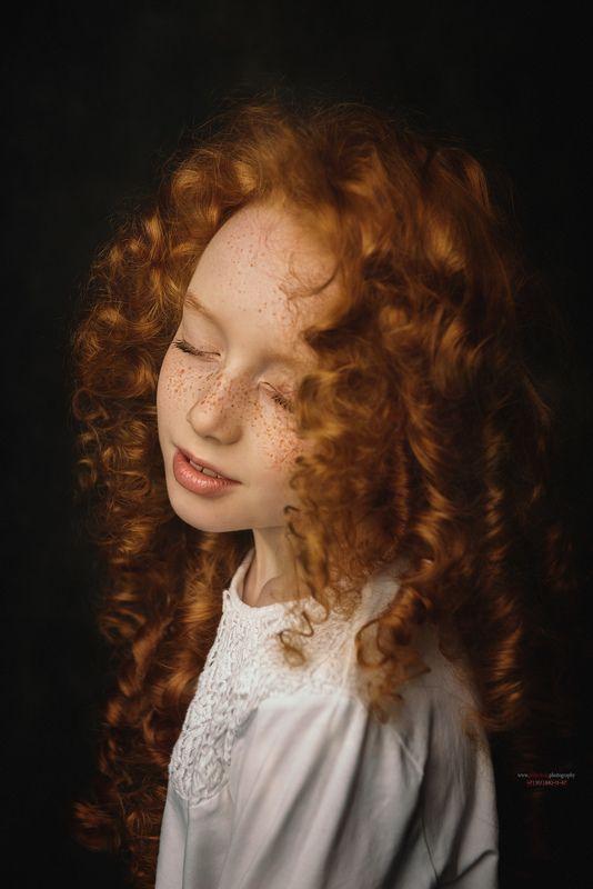 portret, фото, рыжуля, рыженькая, конопушки, девочка, закрытые глаза, детский портрет, студийный портрет, Константин Пилипчук. Katyaphoto preview