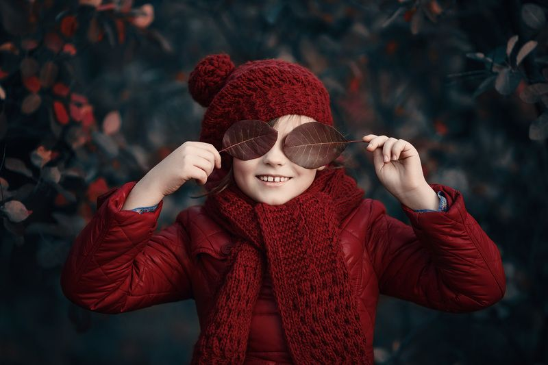 детский портрет, цвет, красный, улыбка, осень, листья Проказницаphoto preview