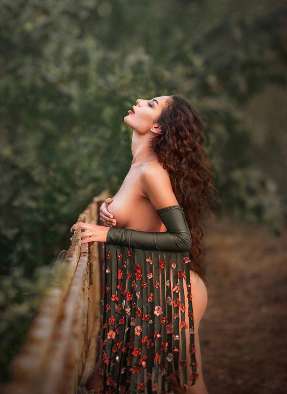 афродита,цветы,руки,обгаженная,красота,молодая,сексуальная,девушка,зеленый,кудрявая,фиалка,страсть,красные цветы, Афродитаphoto preview