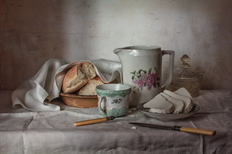 натюрморт, фарфор, кувшин, сыр, хлеб Завтрак с адыгейским сыромphoto preview