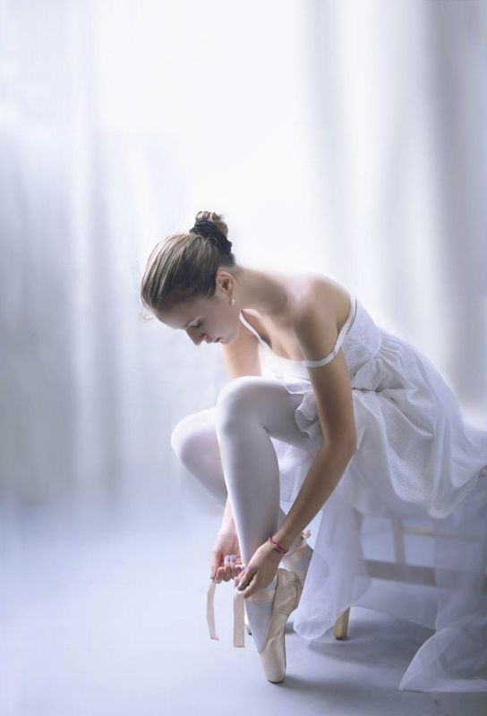 Балерина завязывает пуанты.photo preview