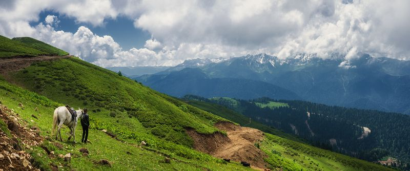 Путник в горахphoto preview