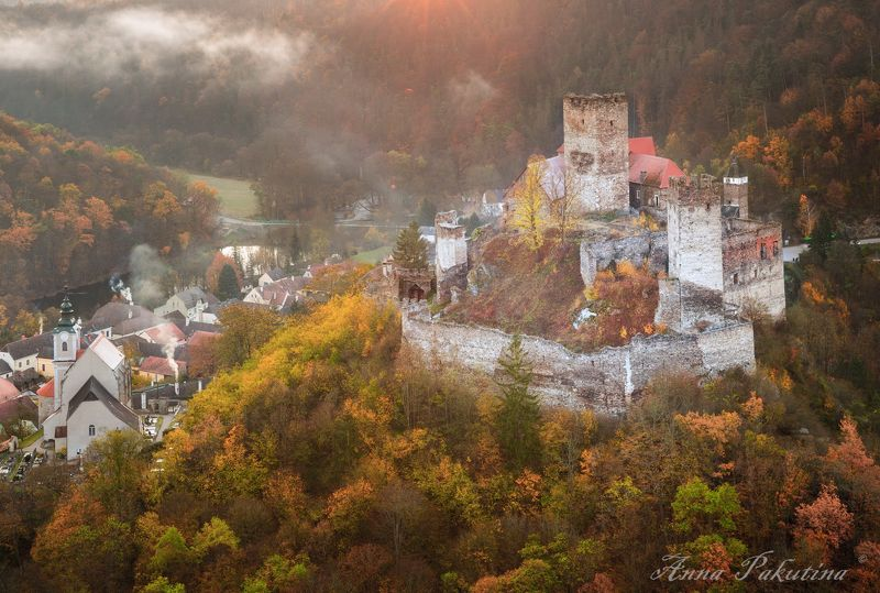 Замок Хардегг (Австрия) в осеннем нарядеphoto preview