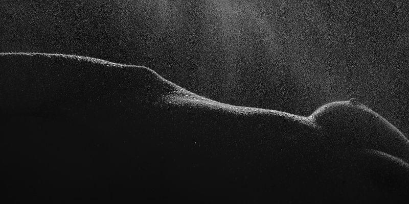 тело вода холод женщина грудь ню темнота капли талия Диагональphoto preview