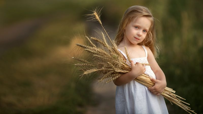 детский фотограф, дети, портрет, художественный портерт, идея детской фотосессии, детский образ, образ, пшеница, платье, ребенок, ребенок в кадре, Сбор уражаяphoto preview