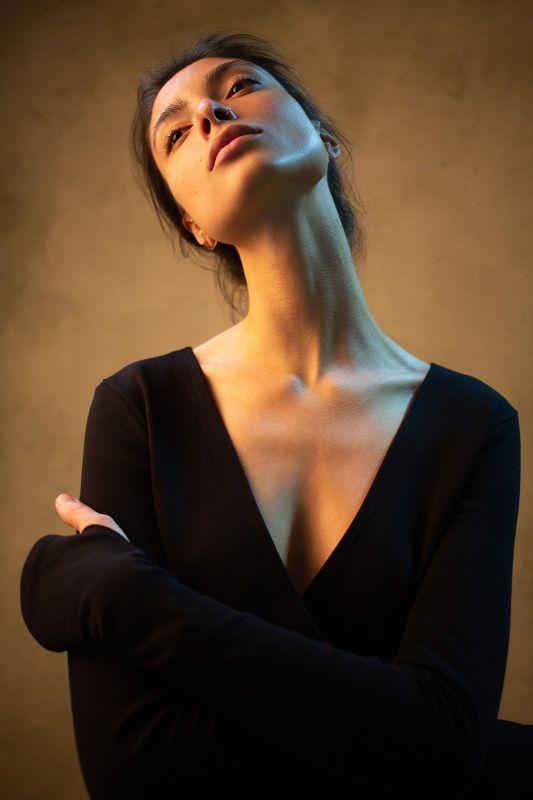 портрет девушка свет тёплый фон шея мечты отдых  Тёплая Сторона Луны и Хвост Кометыphoto preview