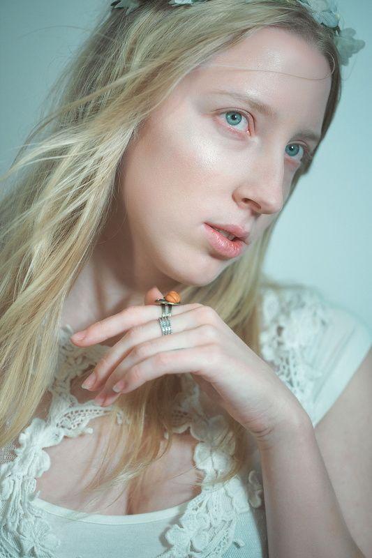 Портрет, зеленый, девушка, взгляд, рука, кисть, блонд, платье, юность Мраморный зеленыйphoto preview