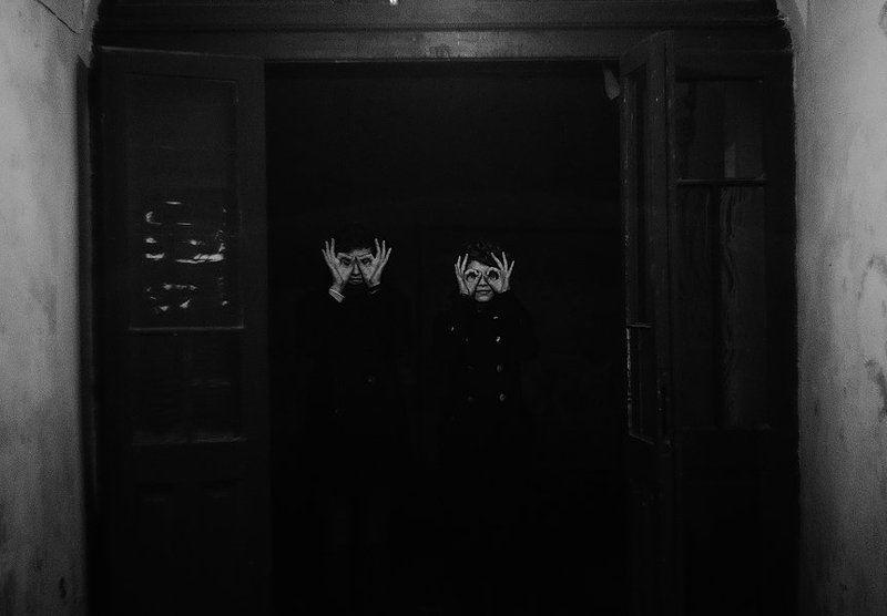 руки,глаза,двери,портрет,чб eye-handphoto preview