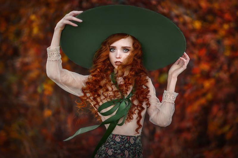 девушка,портрет,рыжая,кудрявая,шляпа,большая шляпа,ветер,унесённая,длинные волосы,сказочная,леди,утончённая,осень,красный цвет Унесённая ветром photo preview