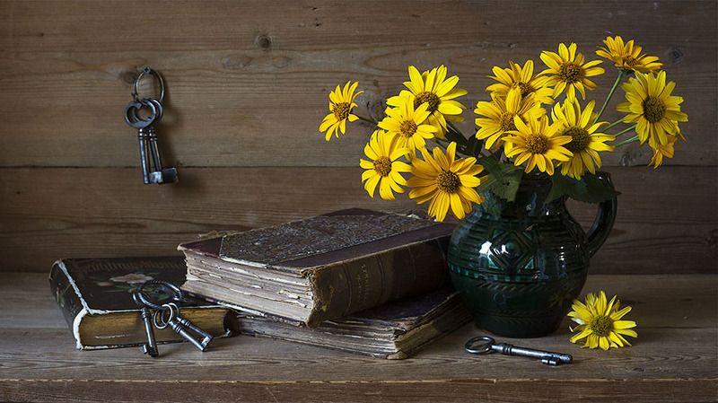 жёлтые цветы, кувшин, книги, ключи photo preview