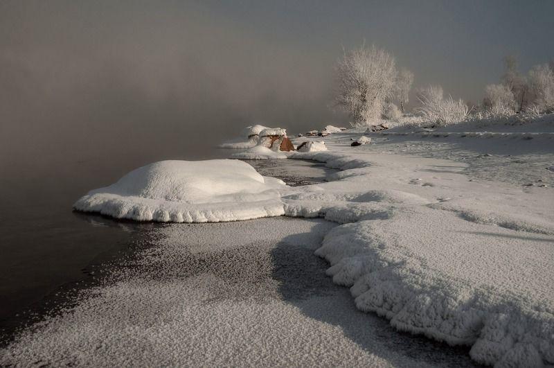 мороз. берег. изморозь.енисей. Холодное зимнее солнце..photo preview