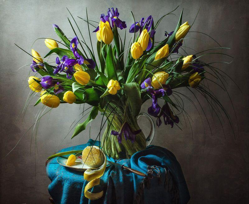 натюрморт, стекло, кувшин, цветы, ирисы, тюльпаны, лимон Ирисы и тюльпаныphoto preview