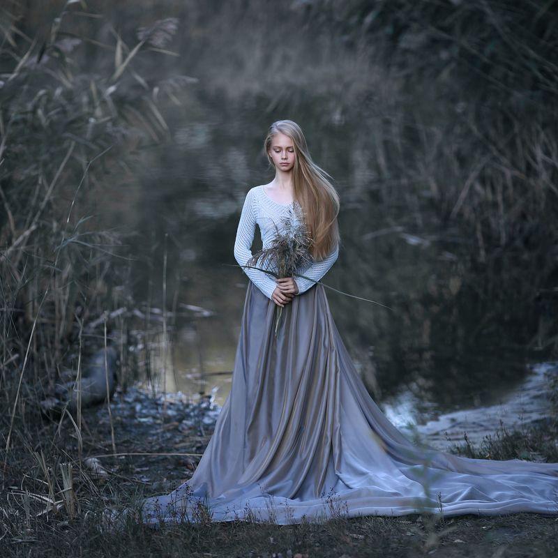 девушка, девушка на берегу, девушка с букетом, девушка в камышах, холодное фото, девушка у реки photo preview