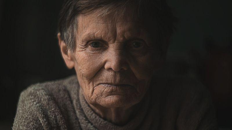 портрет, свет, тень, художественный портрет, жанровый портрет, бабушка, винтаж, взрослый портрет Время только уходитphoto preview