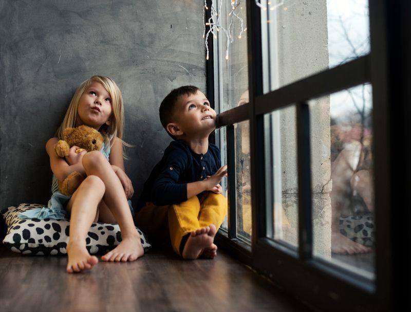 брат,сестра, окно, гирлянда photo preview