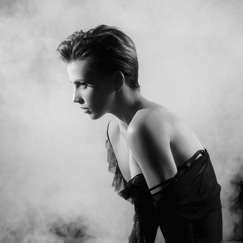 Девушка, короткая стрижка, чб, дым Светланаphoto preview
