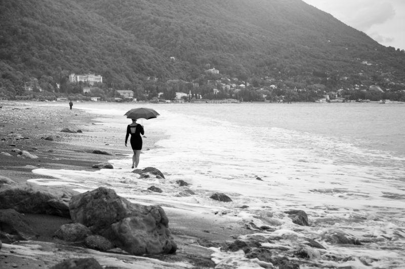 фото , ч/б, осень , море , пляж , девушка , зонтик Межсезоньеphoto preview