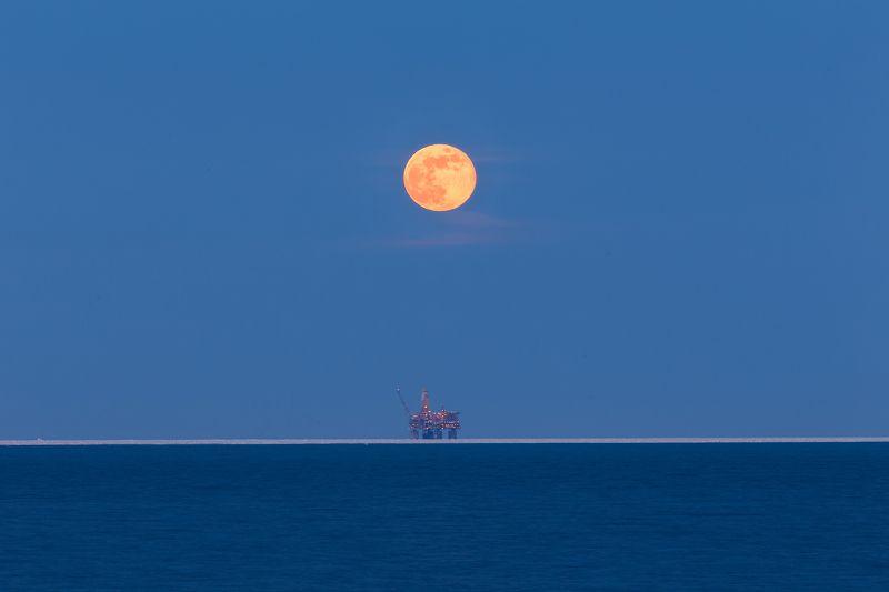 охотское море, зимовка на сахалине, сахалин, сахалин-2, луна, лун-а, lun-a, нефтяная платформа, газоконденсатное месторождение, лунское месторождение, восход луны, полнолуние, фототур в карелию, фототуры по россии, новогодний фототур Две луныphoto preview