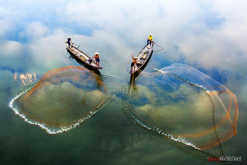 quanphoto, landscape, casting, net, fishing, fishermen, river, reflections, traditional, boats, vietnam Net Casting Dancephoto preview