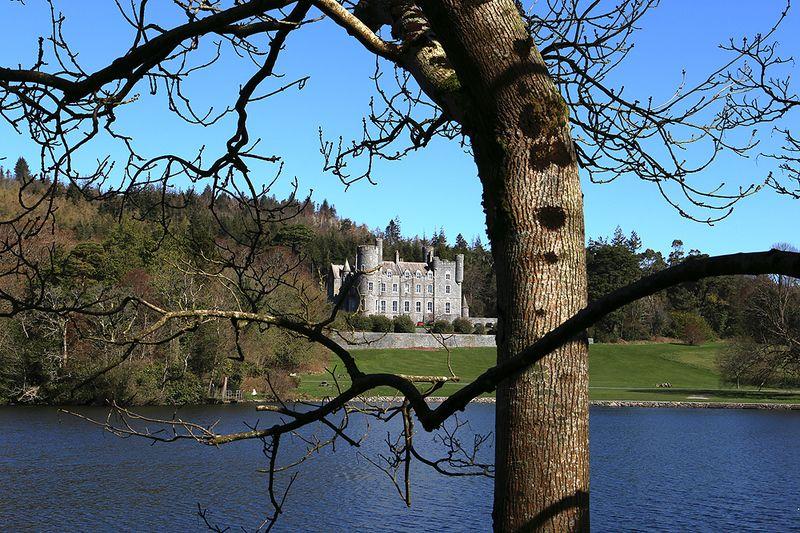 замок озеро океан пейзаж Замки Северной Ирландииphoto preview