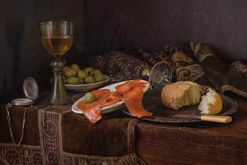 натюрморт, стекло, бокал, рёмер, оливки, хлеб С красной рыбой и оливкамиphoto preview