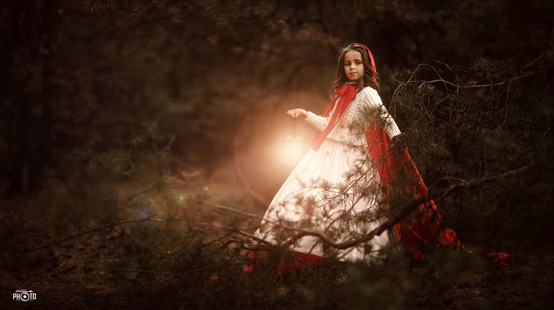 Свет, ребенок, жанр, портрет, лес, фонарик, накидка, красный плащ photo preview