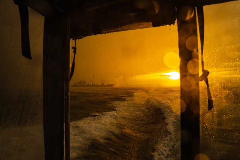 катер, море, судно, закат, непогода, дождь, солнце Домой!photo preview