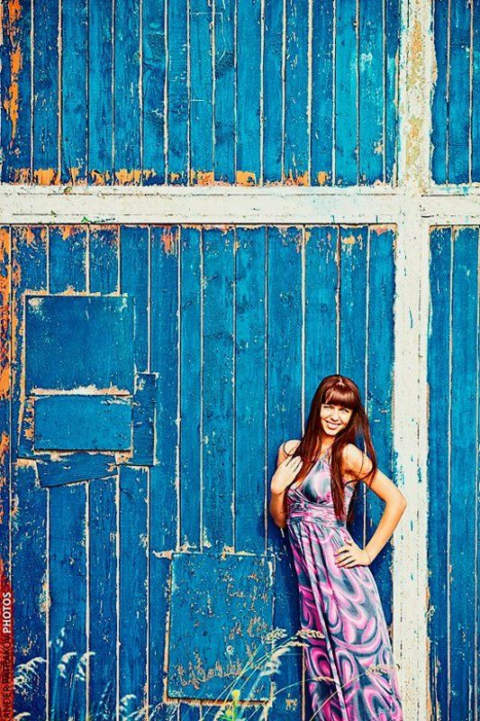 стена, девушка, улыбка ***photo preview
