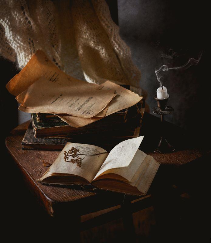книги, свеча С книгами и платком на стулеphoto preview