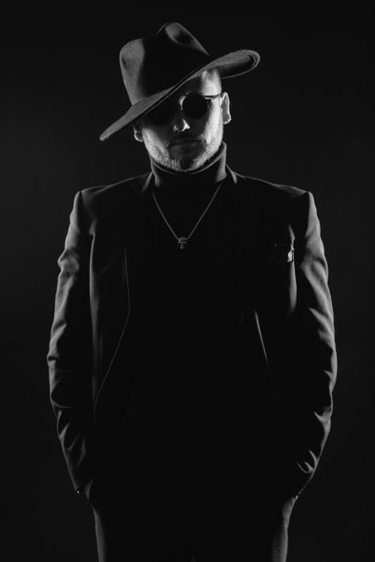 black man hat portrait портрет человек мужчина шляпа чёрный микрофон artist vocalist glasses очки The man in blackphoto preview