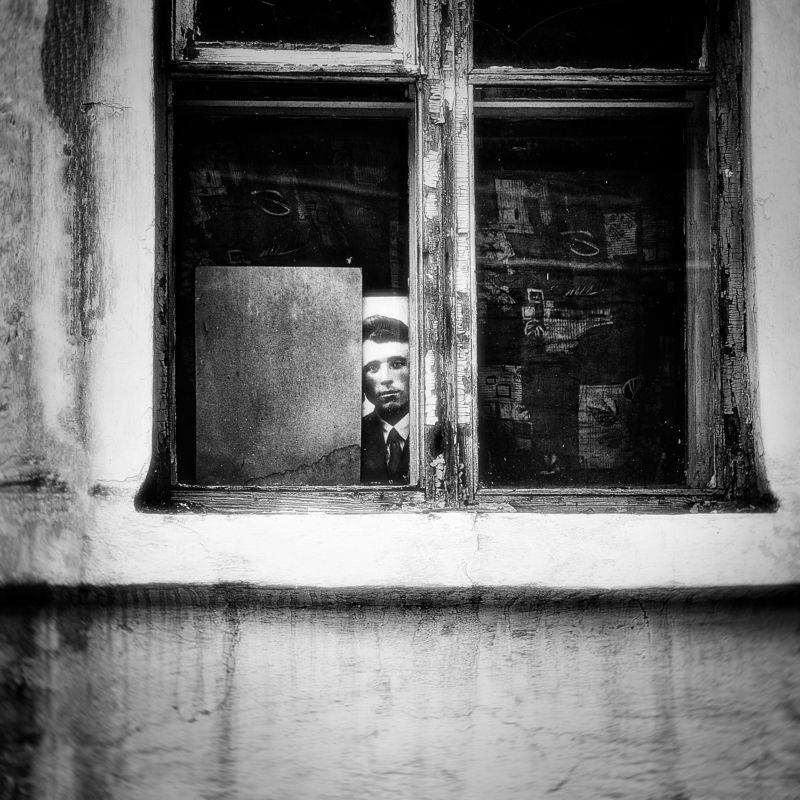 портрет, фотография, окно, черно -белое, рама, стена, фактура Взгляд с обратной стороныphoto preview