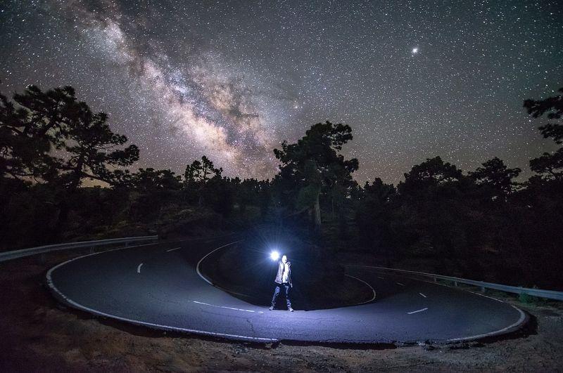 млечный путь, ночь, звёзды, дорога, звезда, человек, чужой Подобрал упавшую звездуphoto preview