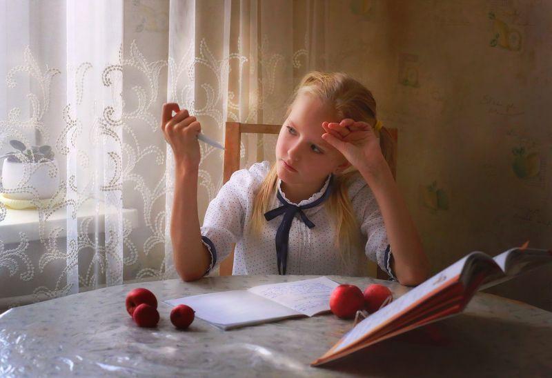 портрет, девочка, школа, уроки, лицо, руки, свет, цвет, жанр, истории из детства, красивая Истории из детства. Домашнее заданиеphoto preview