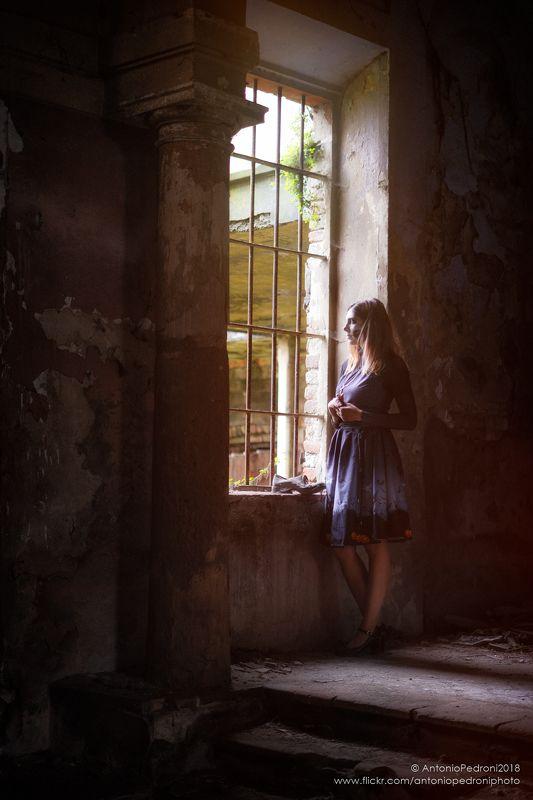 dark, window, house, model, modella, urbex, portrait, halloween memory of the pastphoto preview