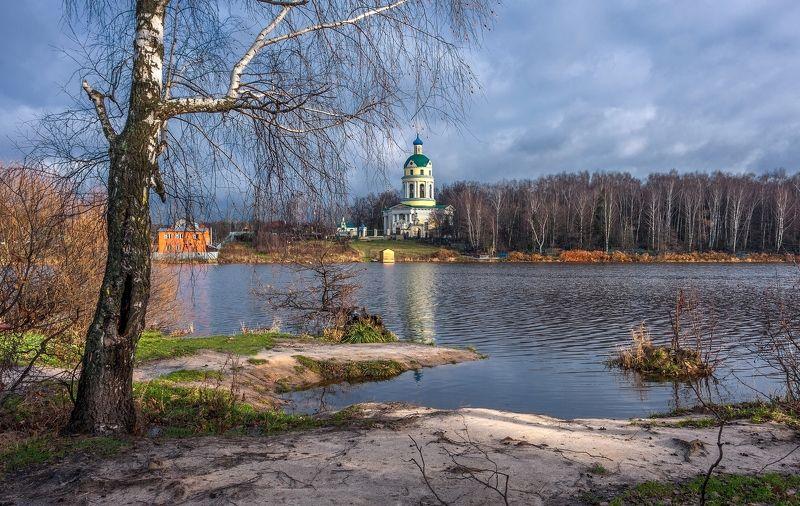 осень ноябрь месяц пруд вода берег деревья березы храм церковь отражение природа пейзаж небо облака На берегу осеннего прудаphoto preview